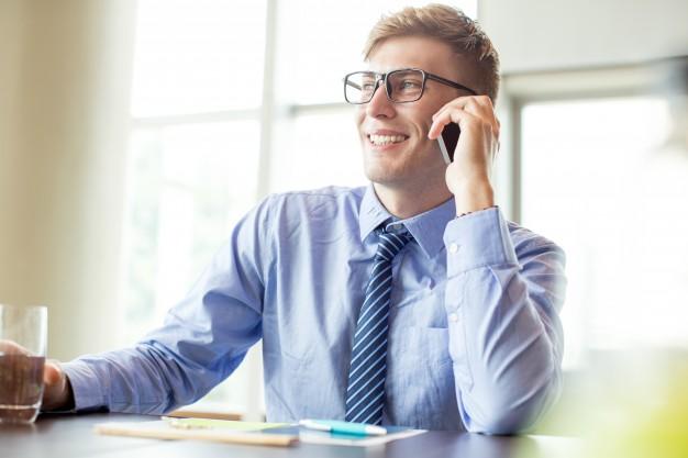 Homem De Negocios Feliz Chamando O Telefone Na Mesa Do Escritorio 1262 3772